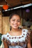 有美好的微笑的年轻玛雅人女孩在圣佩德罗火山,危地马拉 免版税库存图片
