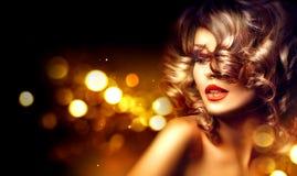 有美好的构成和卷曲发型的秀丽妇女 库存照片