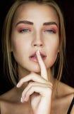 有美好的构成的诱人的金发碧眼的女人 桃红色树荫,一个性感的女孩的秀丽画象 一个嫩女孩 有柔和的m的美丽的女孩 免版税库存照片