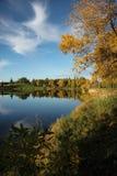有美好的秋天颜色的湖 库存照片