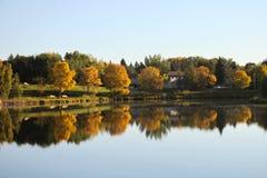 有美好的秋天颜色的湖 免版税图库摄影