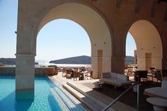 有美好的seaview的(希腊)豪华旅游胜地 免版税库存图片
