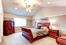 有美妙的橡木古董carv的明亮的尖屋顶卧室 免版税库存照片