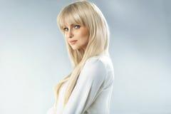 有美妙的脸色的精美白肤金发的妇女 库存照片