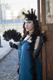 有羽毛喷粉器的美丽的妇女 库存图片