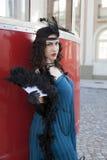 有羽毛喷粉器的美丽的妇女 免版税库存照片