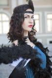 有羽毛喷粉器的美丽的妇女 免版税库存图片