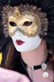 有羽毛的被掩没的妇女在威尼斯狂欢节  免版税库存图片
