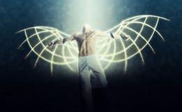有翼的一个人在黑暗的天空背景  免版税库存照片