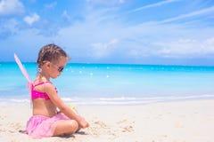 有翼的可爱的小女孩喜欢蝴蝶  免版税库存图片