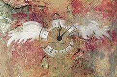 有翼的时钟在墙壁上 库存图片