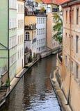 有老五颜六色的大厦的狭窄的水运河 免版税图库摄影