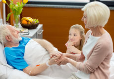 有老人的亲戚在医院 免版税库存图片
