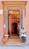 有老传统衣裳的商店 免版税库存照片