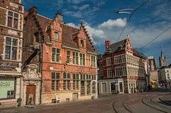 有老典型的大厦的街道和蓝天在跟特 免版税图库摄影