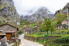 有老典型的房子的街道多云春日、凯因de Valdeon, Picos de Europa,卡斯提尔和利昂,西班牙 凯因是别墅 免版税库存图片