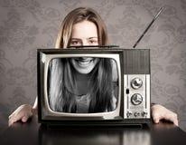 有老减速火箭的电视的妇女 库存照片