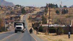 有老卡车的非洲郊区 免版税库存照片