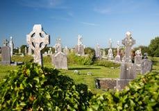 有老坟茔石头的古色古香的基督徒坟园在白天,在爱尔兰 库存图片