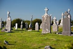 有老坟茔石头的古色古香的基督徒坟园在白天,在爱尔兰 免版税库存照片