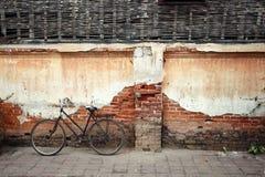 有老墙壁的,葡萄酒颜色自行车 库存图片