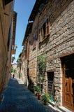 有老大厦的一个胡同和在奥尔维耶托的木门概要 免版税库存图片