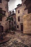 有老大厦的中世纪葡萄酒街道与木快门和石摊铺机有中世纪建筑学的在老欧洲城市 免版税库存图片