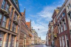 有老大厦的街道在古城格罗宁根 免版税库存照片