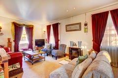 有老家具和电视的舒适客厅 免版税图库摄影