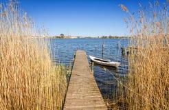 有老小船的瑞典木桥 库存照片