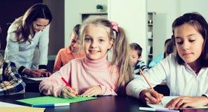 有老师图画的感兴趣的小孩在教室 库存图片