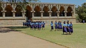 有老师步行的印地安女小学生横跨宫殿绿色围场 股票视频