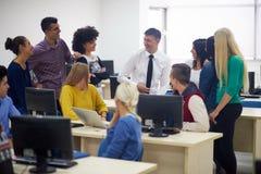 有老师的学生计算机实验室classrom的 免版税库存照片