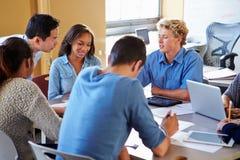 有老师的高中学生使用膝上型计算机的类的 免版税库存图片