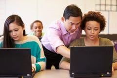 有老师的高中学生使用膝上型计算机的类的 免版税库存照片