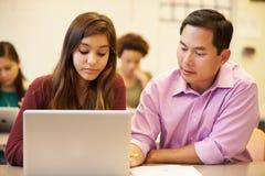 有老师的高中学生使用膝上型计算机的类的 图库摄影
