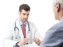 有老患者的年轻男性医生 免版税库存照片
