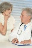 有老患者的年迈的医生 免版税库存照片