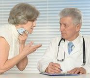 有老患者的年迈的医生 库存照片
