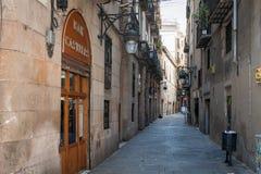 有老房子的狭窄的街道在巴塞罗那镇,西班牙 库存图片