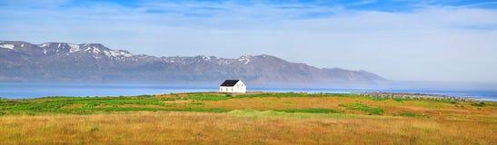 有老房子的美好的风景全景在冰岛 库存照片