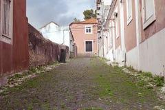 有老房子的老狭窄的街道 免版税库存图片