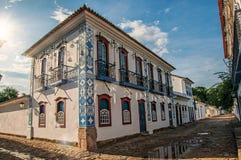有老房子的被充斥的鹅卵石街道概要日落的在Paraty 免版税库存照片