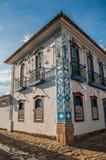 有老房子的被充斥的鹅卵石街道概要日落的在Paraty 免版税库存图片