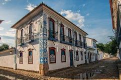 有老房子的被充斥的鹅卵石街道概要日落的在Paraty 图库摄影
