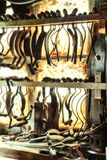 有老手工具的木桶匠的车间 库存图片