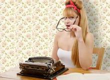 有老打字机的画报女孩 库存图片