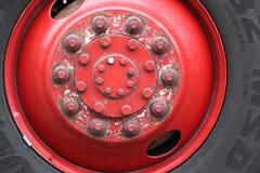有老把手坚果的被风化的红色金属毂盖 图库摄影