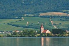 有老教会的海岛在湖中间 在Palava下的风景 捷克-南Moravian地区酒regi 库存照片