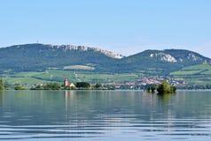 有老教会的海岛在湖中间 在Palava下的风景 捷克-南Moravian地区酒regi 免版税库存图片